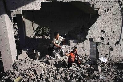 Dos niños entre las ruinas de una cas alcanzada por una bomba israelí en Rafah, al sur de Gaza.
