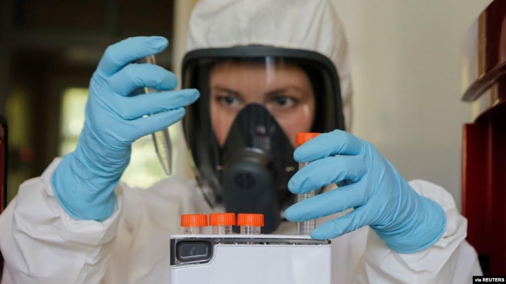 Một nhà khoa học làm việc trong phòng thí nghiệm của Viện Nghiên cứu Gamaleya về Dịch tễ học và Sinh học trong một cuộc thử nghiệm virus Covid-19 ở Moscow, ngày 6/8/2020. (Russian Direct Investment Fund / Handout via Reuters)
