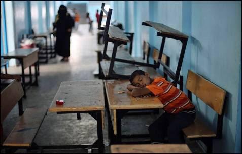 Un niño palestino, que huyó de la casa de su familia después de la ofensiva terrestre israelí, duerme en una escuela de Naciones Unidas en Rafah, en el sur de la Franja de Gaza.