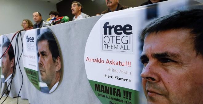 """La plataforma """"Arnaldo Askatu"""" y la iniciativa """"Free Otegi Free Them All"""" han presentado una manifestación que exigirá el 17 de octubre en San Sebastián la puesta en libertad del líder de la izquierda abertzale Arnaldo Otegi. EFE/Javier Etxezarreta"""
