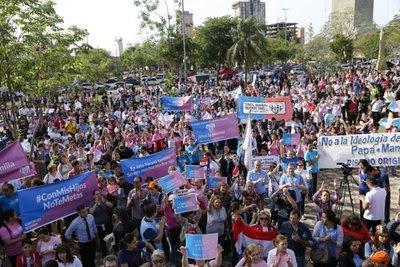 Multitud acompaña audiencia frente al Congreso