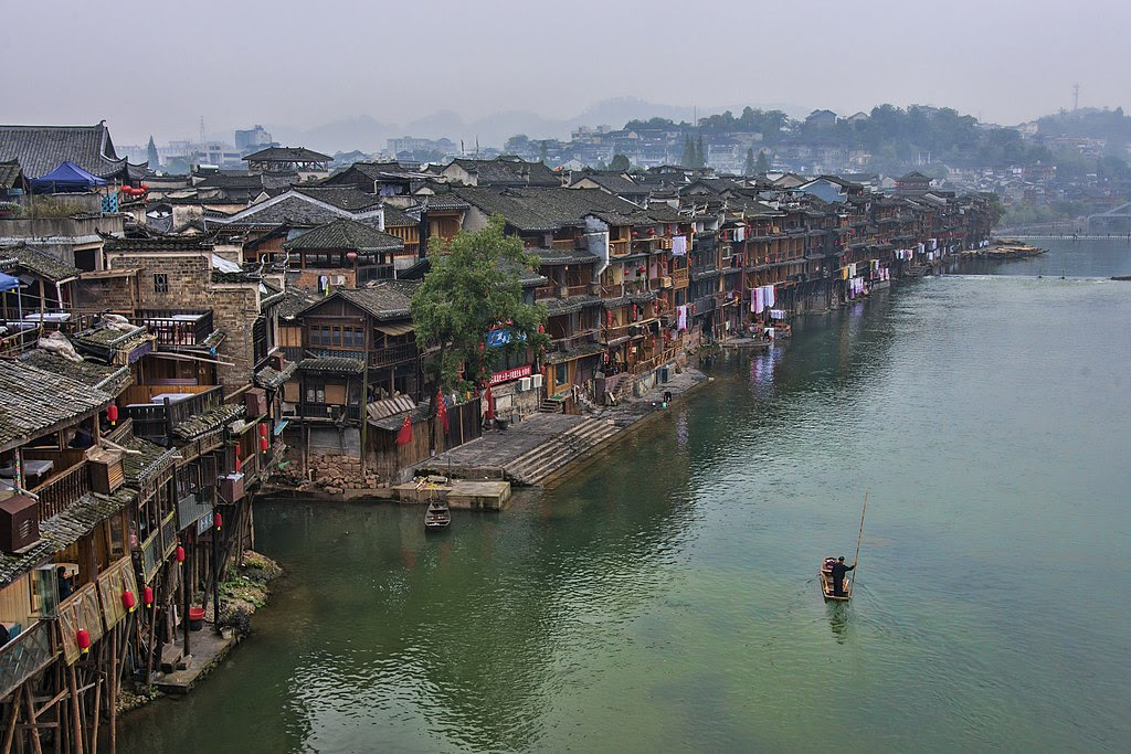 http://upload.wikimedia.org/wikipedia/commons/thumb/4/47/1_fenghuang_ancient_town_hunan_china_2.jpg/1024px-1_fenghuang_ancient_town_hunan_china_2.jpg