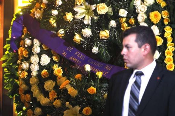 """Fidel ha enviado una corona de flores en la que se lee la dedicatoria: """"Al amigo entrañable""""."""