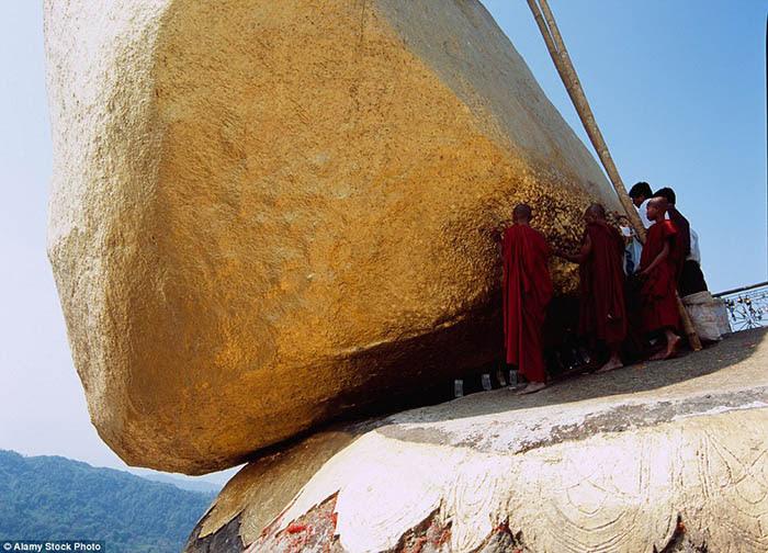 Hòn đá thiêng bằng vàng ở Myanmar và bí mật ẩn chứa bên trong - 7