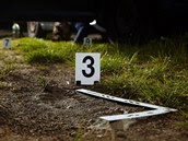 V měkké hlíně našli kriminalisté výrazné otisky bot s hrubou podrážkou.