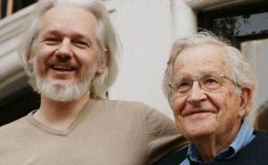 Julian Assange y Noam Chomsky. Fuente de la imagen: Democracy Now