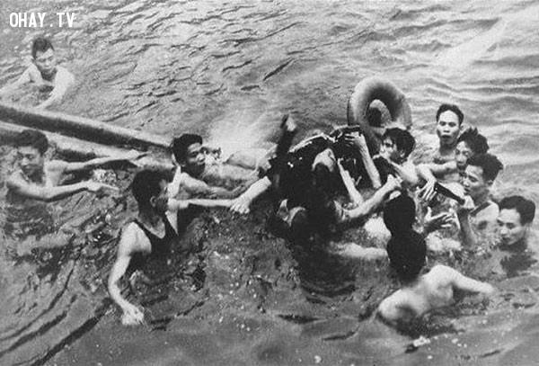 Phi công John McCain bị người dân Việt Nam bắt giữ tại hồ Trúc Bạch năm 1967,bức ảnh lịch sử,khoảnh khắc lịch sử