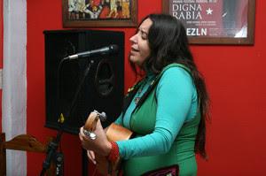 La trovadora venezolana Amaranta Pérez entregó a los presentes dos temas de una sensibilidad y un contenido poético de excelencia.