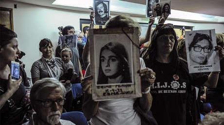 Familiares de personas desaparecidas durante la última dictadura militar en Argentina escuchan la sentencia dictada en los tribunales de Comodoro Py, Buenos Aires, el 29 de noviembre de 2017.