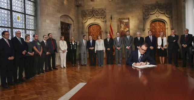 Artur Mas, durante la firma del decreto de convocatoria de la consulta del 9-N.