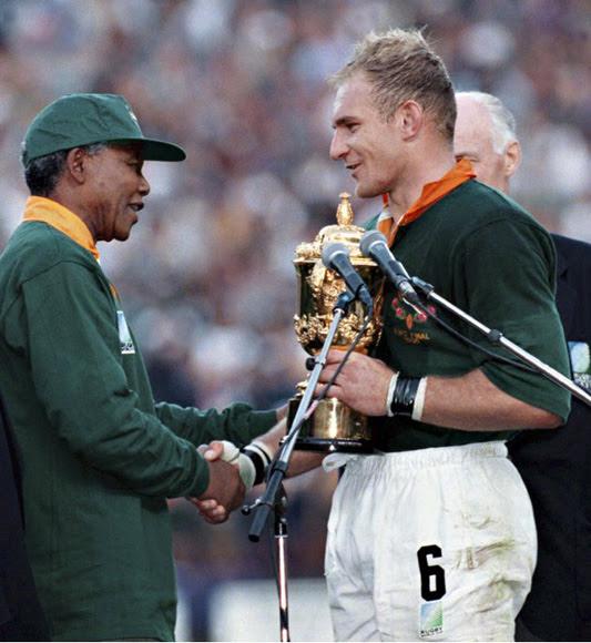 Mandela le entrega el trofeo al capitán del equipo sudafricano, Francois Pienaar, tras proclamarse los Springboks campeones del mundo de rugby en 1995.