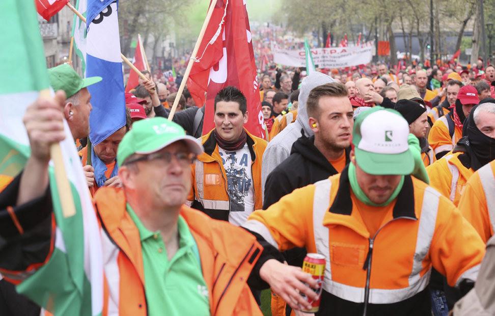 Un grupo de trabajadores participa en la marcha contra los recortes, en Bruselas.