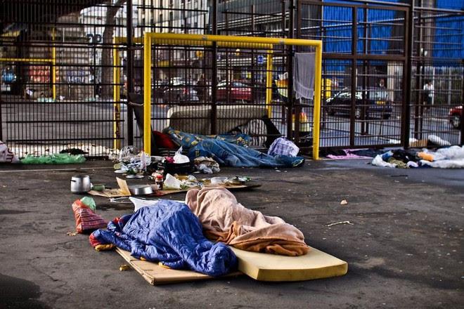 Một Paris rất khác: Không có ánh hào quang hoa lệ, ngưỠi vô gia cư sống vạ vật, lay lắt trên những con phố bẩn thỉu ngập ngụa rác - Ảnh 8.