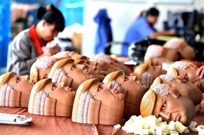 中國一家工廠正在生產川普面具。(Getty Images)