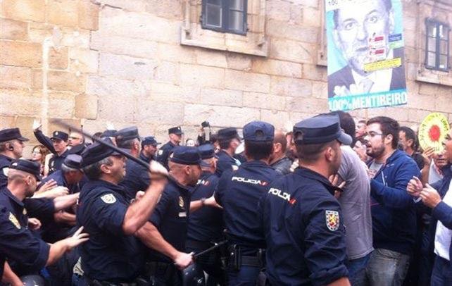 Agentes de la Policía cargan contra los manifestantes cuando intentaban acceder a la Praza do Obradoiro.