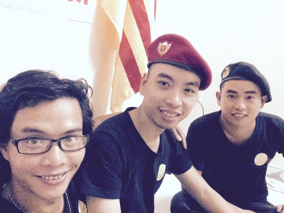 Những bạn trẻ công khai cờ vàng ba sọc đỏ tại Nghệ An (ảnh; Facebook Dũng Phi Hổ)