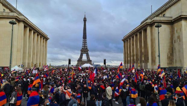 Sur l'esplanade du Trocadéro.