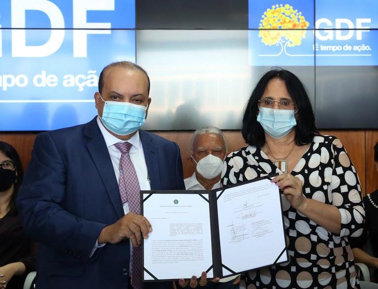 Ministra Damares e governador Ibaneis assinam acordo para agilizar fluxo de denúncias de violações no DF