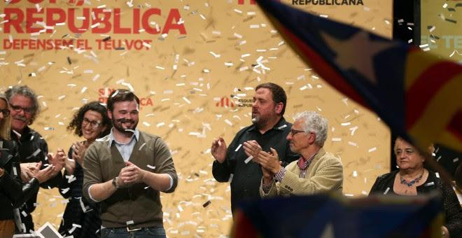 El cabeza de lista de ERC, Gabriel Rufián, es aplaudido por el presidente de ERC, Oriol Junqueras, y el juez Santiago Vidal, candidato al Senado, al término del acto final de campaña que ERC ha celebrado en el Teatre principal de Sabadell.EFE/Toni Albir