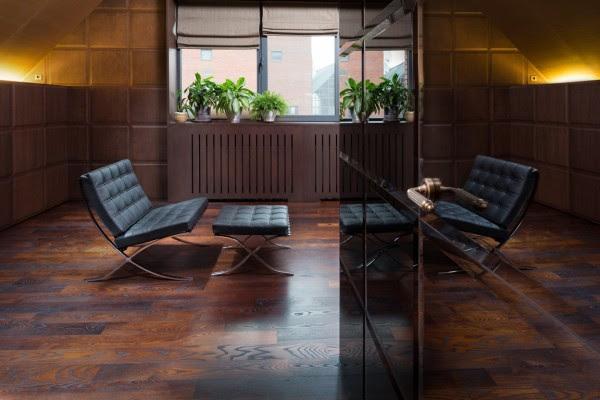 Μια Le Corbusier-εμπνευσμένη καρέκλα είναι μια δυνατή κραυγή έως τα μέσα του αιώνα μοντέρνα εμπνεύσεις αυτού του δωματίου.