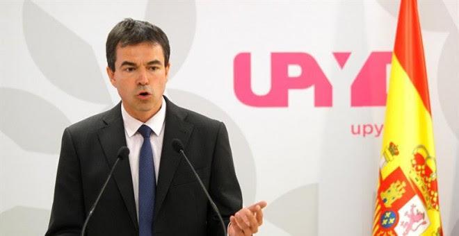 El candidato de UPYD a la Presidencia del Gobierno, Andrés Herzog, durante la rueda de prensa que ha ofrecido para anunciar las acciones judiciales contra la propuesta de resolución presentada por Junts Pel Sí y la CUP. EFE/Víctor Lerena