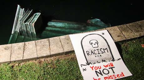 VIDEOS: Manifestantes contra el racismo derriban, prenden fuego y arrojan a un lago una estatua de Cristóbal Colón en EE.UU.