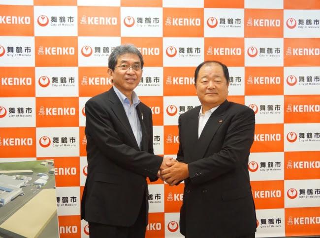 舞鶴市 多々見市長(左)と ケンコーマヨネーズ 炭井社長(右)