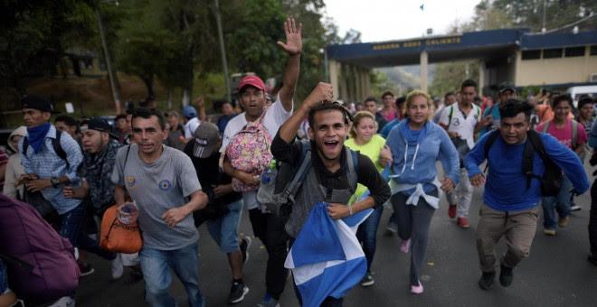 Hondureños cruzando la frontera con Guatemala en su camino hacia los Estados Unidos. / Reuters