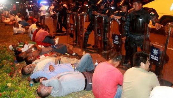 Más de 100 profesores de la Ceteg fueron detenidos en el desalojo que realizaron elementos de la Policía Federal en la zona Diamante en Acapulco. Foto Reuters