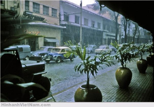 Mưa Sài Gòn trên đường Tư do (Đồng Khởi) nhìn từ góc khách sạn Continental ngày nay
