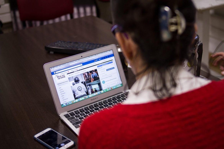 mujer-computador-redes-protesta-redes-sociales-Raul-Motta-1170x780