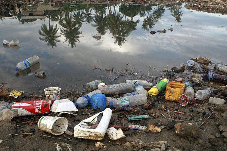 A poluição provocada pelos plásticos é uma tragédia ambiental global que contamina o solo e os mares