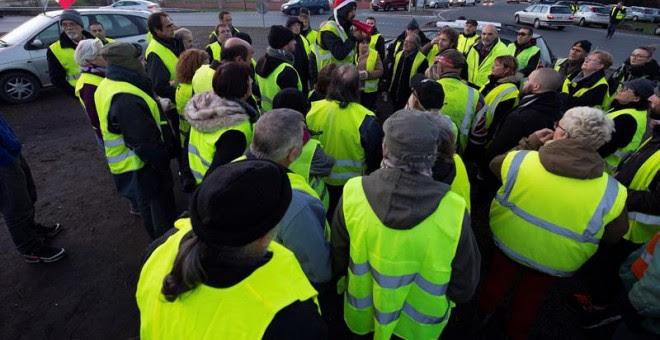 Manifestantes vestidos con chalecos amarillos protestan en Langon, cerca de Burdeos (Francia). - EFE
