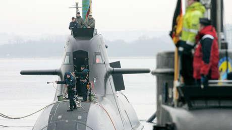 El submarino U-33 de la Marina Alemana junto a otro sumergible.