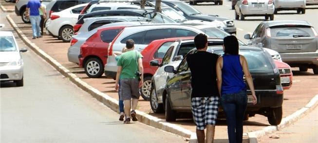 Carros sobre a calçada em Brasília: infração graví