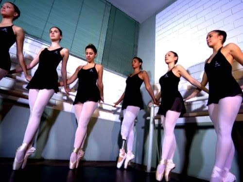 Melina faz exercícios de balé junto com turma após receber prótese inédita