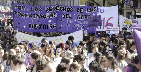 Vista de la manifestación en la que miles de personas han tomado hoy el corazón de la capital española en el Día Internacional de la Mujer para reivindicar la igualdad de género, defender el aborto libre y gratuito y rechazar la violencia machista. EFE