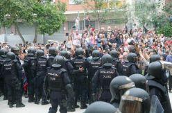 """El juez no ve """"muros humanos"""" el 1-O en colegios de Barcelona y descarta que los votantes """"acometieran"""" contra la Policía"""