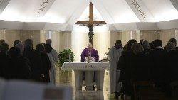 El Papa Francisco celebra la Misa matutina en la capilla de la Casa de Santa Marta
