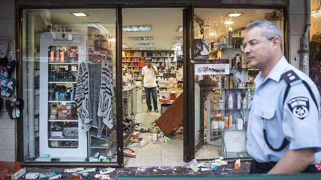 The store in which the terrorist was held by civilians (Photo: AFP)