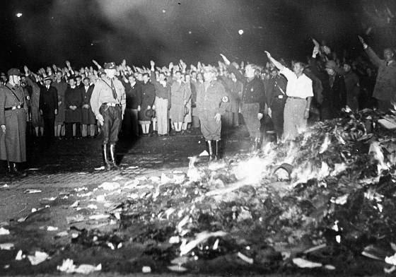 Fotografía de la quema de libros en Berlín en la noche del 10 de mayo de 1933