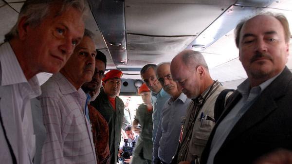 En vuelo: Hugo Chávez, Néstor Kirchner y Jorge Taiana. (Wikiwand)