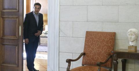 El primer ministro griego, Alexis Tsipras, en la puerta de su despacho, en Atenas. REUTERS/Alkis Konstantinidis