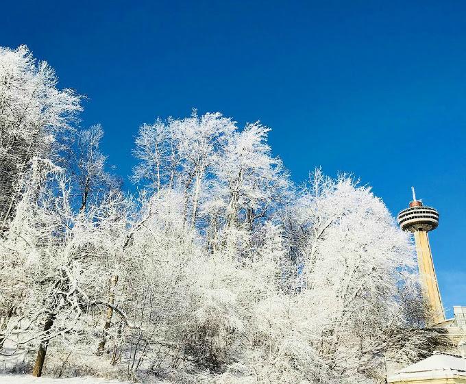 Mùa đông giá lạnh đang ghé qua nước Mỹ và gây ra không ít khó khăn cho người dân nơi đây. Tuy nhiên mùa đông cũng tạo ra nhiều cảnh sắc độc đáo dành cho khách du lịch. Những ngày này, du khách tớithác Niagara nằm ở biên giới giữa bang New York, Mỹ và tỉnh Ontario, Canada sẽ được chứng kiến khung cảnh băng tuyết trắng xóa phủ khắp không gian.