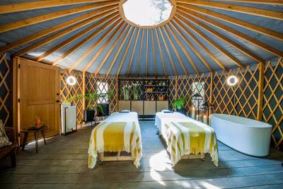 Yurt con cama de masaje