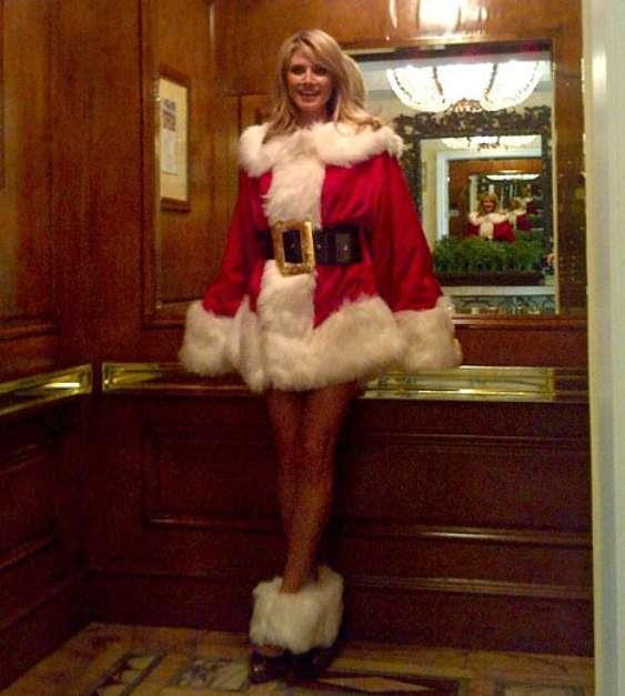 Cada temporada las modelos nos deslumbran con espectaculares desfiles, videos o imágenes pero cuando llega la época decembrina muchos desean verlas en ese traje rojo que usa Santa Claus. Aún faltan varios días para Navidad, así que aquí les dejamos una selección de los trajes más sexis. ¿Cuál les parece mejor? En la imagen Heidi Klum. Foto: Twitter/@heidiklum