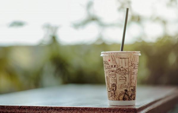 Τα πάνω - κάτω έρχονται από το 2021: Καταργούνται καλαμάκια, μπατονέτες και άλλα πλαστικά