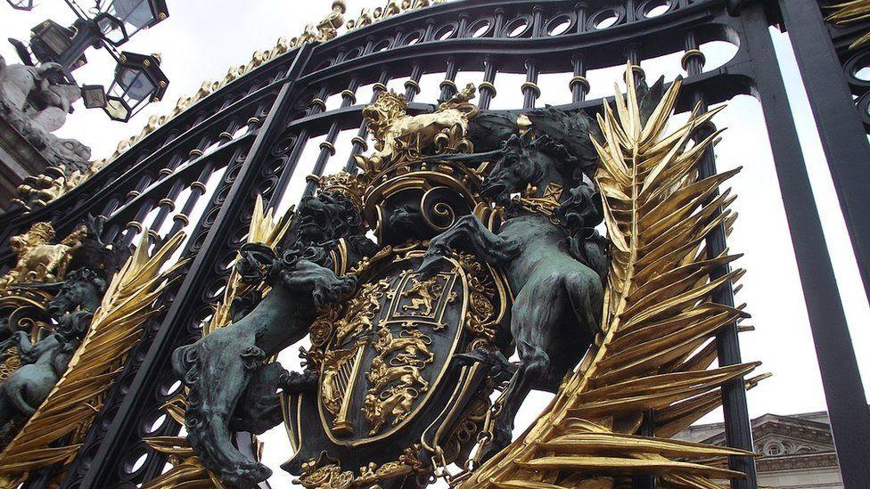 Королевский герб на воротах Букингемского дворца