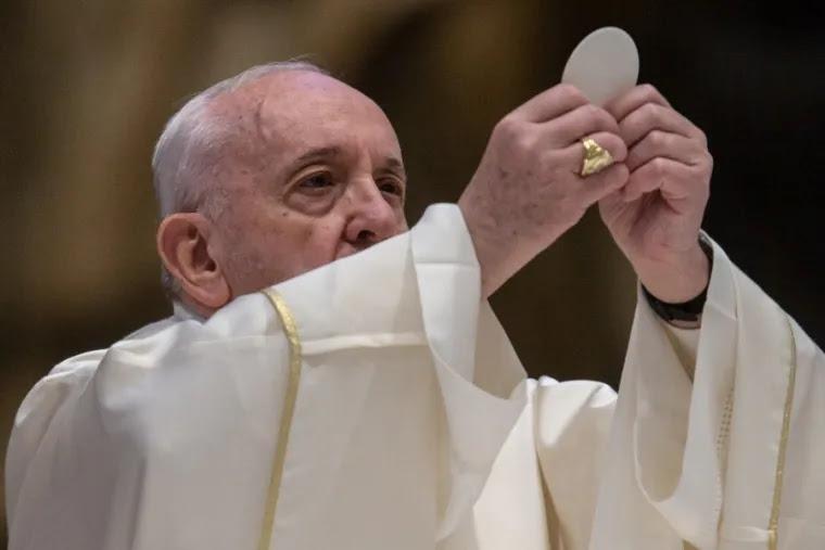Pope celebrates Mass in St. Peter's on Holy Thursday. Credit: EWTN-CNA Photo/Daniel Ibáñez/Vatican Pool.