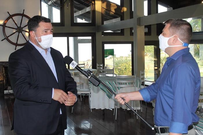 Repórter Tiago Guedes entrevista o sócio Leandro Garcia